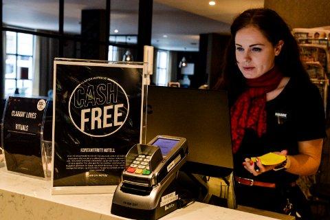 DIGITAL BETALING: Clarion Collection Hotel Atlantic har gode erfaringer med å være et kontantfritt hotell. Resepsjonist Marianne Langø Paulsen oppfordrer alle til å betale med kort.