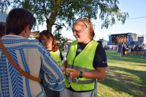 TRIVELIG JOBB: Frivillige på Fjordfesten, Charlotte Granlund (t.h.) og Line Askevold (fra Store Bergans stjernelag), hilser Line Gulliksen velkommen inn på festivalen.