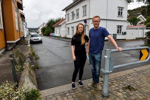 BØTELAGT: Håkon Sørum Bakken og samboeren Thomesine Knudsen fikk parkeringsbot etter å ha parkert utenfor sitt hus i Kamfjordgata 27. (På venstre side ved det gule huset). Krysset er i følge Sandefjord kommune definert som et T-kryss.