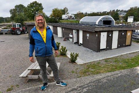 OPPGRADERES: Campingbestyrer Kurt Nilsen går i gang med et omfattende oppgraderingsarbeid av sanitæranlegget på campingplassen. Gulv, toalett, dusjer med mer blir skiftet ut.