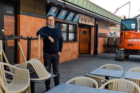 FÅR SKJENKE: Peter Nordberg som er daglig leder av Kokeriet, Pir 4 og den nye Bryggecaféen har fått skjenkebevilling for plassen utenfor kaféen. Her settes det opp et gjerde på utsiden av de 40 sitteplassene. FOTO: Atle Møller