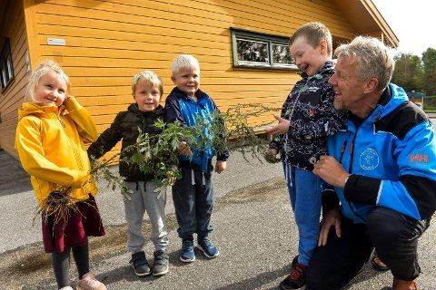 BUROT: Barna i Hunsrød-Fevang barnehage plukket burot og fikk premie av Norges Astma og allegiforbund. f.v: Lilly Vestskogen Raaberg (4), Audun Høst Magnus (5), William Alexander Wassengen (5) og Daniel (5) Belland Kristiansen har plukket burot. Til høyre sitter Jens Eian, fagarbeider i barnehagen.