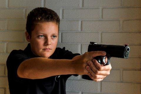 EKTE PISTOL: Det unge skyttertalentet Luke, trekker nesten raskere enn sin egen skygge og er blant landets beste til å treffe bevegelige mål med sitt skarpladde våpen.