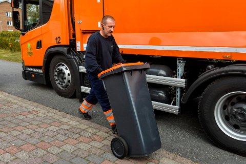 TØMMING: Petter Berg fra NordRen As tømte glass og metall-beholderne i Sportsveien på Bugården før første gang torsdag denne uken.