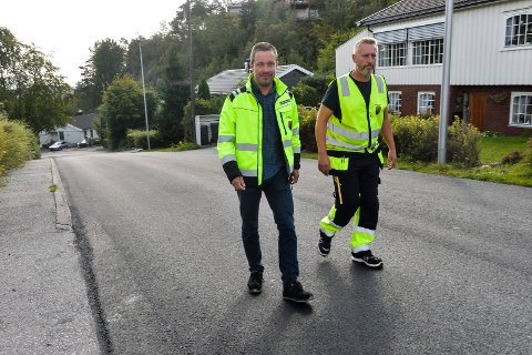 ASFALTERT: Pengene fra ekstrabevilgningen har blant annet gått til ny asfalt opp bakken til Kamfjordåsen og Hubroåsen.  Bjørn Bochelie, enhetsleder, vedlikehold og Vidar Hårstad, driftsformann, vei i Sandefjord kommune er fornøyde med jobben som er gjort.