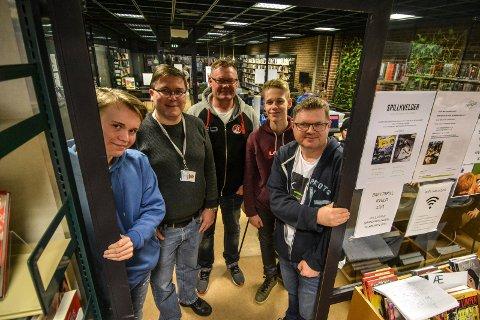 INSTRUKTØRER: Fra venstre står instruktørene i Kodeklubben: Kristian Nilsen (16), Roger Berg, Kristoffer Gulbrandsen, Emil Lillevik (16) og leder i klubben Terje Rove Pettersen.