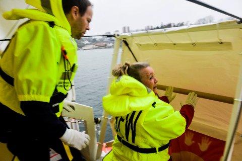 ØVELSE: Oddlaug Irene Svendsen var en av de ansatte som var med på øvelsen for første gang. Hun synes det var veldig spennende og påstod at hun ikke var nervøs....