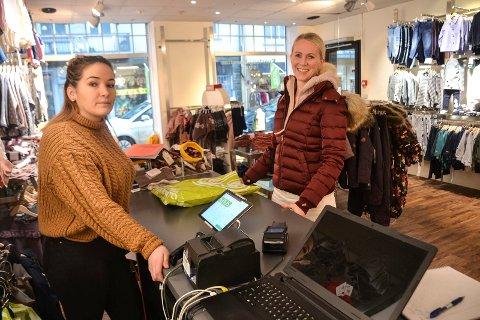 FÅR STØTTE: Butikksjef Julia Lund (27, t.v.) gjør alt hun kan for å få fornøyde kunder, og kutter kostnader for å få driften til å gå rundt. – Det er trist å høre at omsetningen faller så mye. Jeg håper virkelig hun og andre butikker i sentrum klarer seg. Hvis ikke blir det en stusselig by, sier kunde Linn Fredriksen (44).