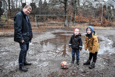 FIKK LØFTE: Steinar Poulsen skrev til kommunen og etterlyste utbedringer av skadene på lekeplassen i Solnesåsen i Melsomvik. Nå har kommunen, som eier plassen, lovet å sette den i stand, til glede blant annet for Gustav (4) og Thor Borg (6).