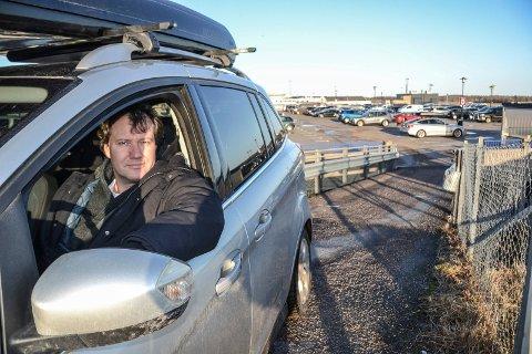 REAGERTE: Bernhard Marti er ikke skeptisk til å parkere i parkeringshuset på Torp, men håper at lufthavna har gode planer ved en eventuell brann og evakuering, i motsetning til det han opplevde på Sola. – Mange reagerte og folk var frustrere, sier Marti.