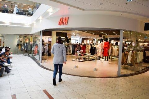 STENGER: Hennes & Mauritz har slitt under koronakrisen, og neste år stenger kjeden flere butikker. Illustrasjonsfoto