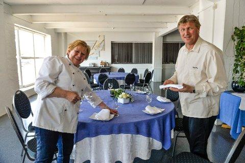 JULEBORD: Nina Lindsholm og mannen ved Magasinet Café fikk inn bestillinger til julebord for to uker siden, noen dager etter kom avbestillingene.