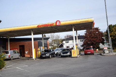 LAVERE ENN NORMALT: Drivstoffprisene varierer stadig. Mandag formiddag var prisene hos Automat 1-stasjonen  lavere enn vanlig.