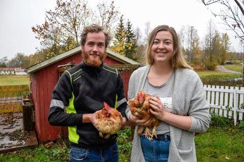 FORLOT BYLIVET: Samboerparet Malin Kultorp (24) og Bastian Kalleberg (23) flyttet nylig fra Gjekstad i Sandefjord. Nå bor de på landet, med fire høner og to katter. – Vi angrer ikke på at vi tok det valget, sier de to.