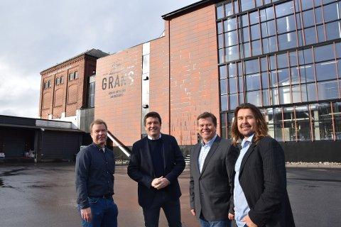 OPPGRADERING: Gammel og ny fasade står side om side. Det gjør også Håkon Gran, Ole Robert Reitan, Morten Gran og Edvard Gran.