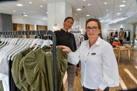 DAMEMOTE: Høyer er kommet for å bli i Bytunet. Kristin Riis-Christensen (i forgrunn), og Marte Næss skal drive butikken frem til januar, da en ny franchisetaker overtar drifen.