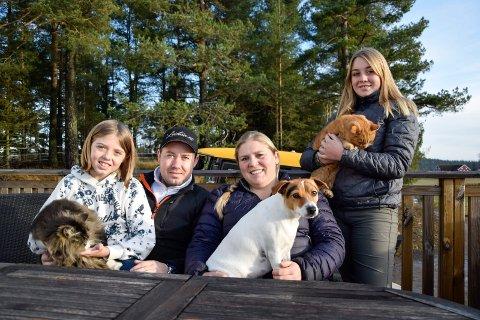 FRA BYEN TIL LANDET: I 2015 flyttet familien Lund Støen fra Lahelle i Sandefjord til et småbruk i Høyjord. De har ikke angret på at de tok det valget. Fra venstre: Nathalie (10), katten Beethoven, Joakim (37), Jeanette (36), hunden Dennis, katten Guttepus og Adriana (13).