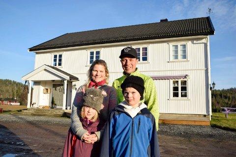 STORT HUS: Familien Bøen Hansen, bestående av Lene Kristin (39), Henrik (39), Kristiane (7) og Magnus (9), trives på landet. – Før bodde vi et hus på 98 kvadratmeter. Nå har vi cirka 450 kvadratmeter. Så vi har, mildt sagt, mye større plass nå, sier Lene Kristin.