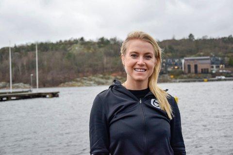 NY I FJORDEN: Mia Eckhoff (31) er relativt fersk i Sandefjord. Hun flyttet hit i sommer, og bor nå på Vesterøya sammen med sin samboer. – Jeg trives veldig godt her, sier hun.