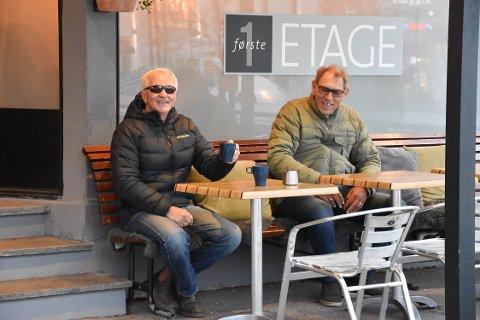 SUPER PLASS: Kåre Paus (til venstre) og Svein Erik Raastad sitter i «fotballhjørnet». De synes det er flott med et sted å møtes. Her hos 1. Eatge har de god oversikt over hele Torvet. FOTO: Vibeke Bjerkaas