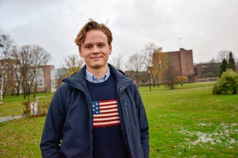 ENGASJERT: Isak Wangberg (18) er en engasjert ung mann, som blant annet bruker mye tid på sitt verv som elevrådsleder ved Sandefjord videregående skole. Etter videregående blir det jusstudier, og han ser for seg at han da vil engasjere seg i en studentorganisasjon eller politisk.