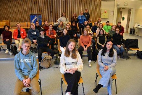 FÅR VENNER SOM VARER: Aleksander Gurijordet, Marie Rantrud (i midten foran) og Thea Karlsen vil anbefale ungdomsskoleelever å søke Musikk, dans og drama ved Sandefjord videregående, men fortviler over forslaget om å redusere kapasiteten ved linja. – Vi trenger alle de engasjerte lærerne og elevene. Miljøet her er skikkelig bra og forslaget om å fjerne studieplasser er elendig, sier de. FOTO: Vibeke Bjerkaas