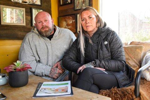 STOR PÅKJENNING: Thomas (51) og Ann-Hege (48) Stellander har en tvist med Brydedammen borettslag om sine to parkeringsplasser. – Å stå i dette hele tida er helt grusomt, sier Ann-Hege.