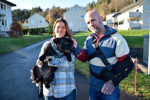 NY RETTSRUNDE: Tirsdag 10. november skal «Shaci-saken» opp i Agder lagmannsrett. Lene Brenna (47) og Bjarne Johansen (49), her med Shaci (10), er klare for en ny rettsrunde mot Stub borettslag. – Vi håper dette blir den siste runden i retten, sier samboerparet, som i tre og et halvt år har kjempet for retten til å ha sin kjære hund boende hos seg i sin borettslagsleilighet (som ligger i bygget i midten bak dem).