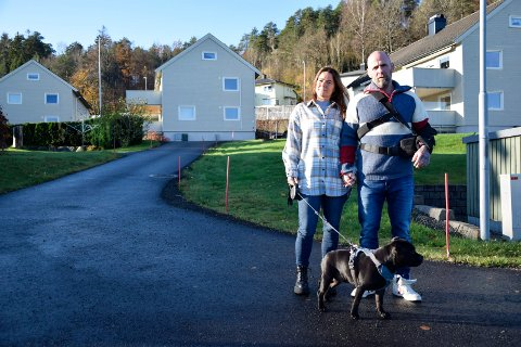 I RETTEN IGJEN: Lene Brenna (47) og Bjarne Johansen (49), her med hunden Shaci hjemme på Stub, er spente på utfallet av ukens ankeforhandling i lagmannsretten.