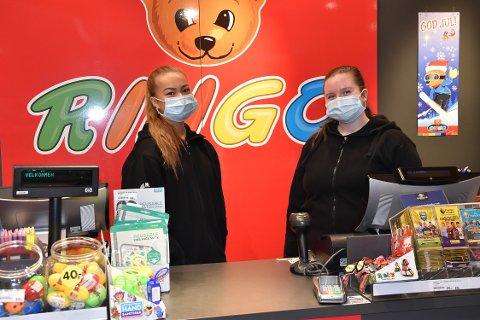 FØLGER OPPFORDRINGEN: Marielle Andersen og Tina Williamsen i lekebutikken Ringo på Hvaltorvet så flere med munnbind tidligere på dagen. I 13-tiden lørdag var det flere folk og svært få med masker. FOTO: Vibeke Bjerkaas