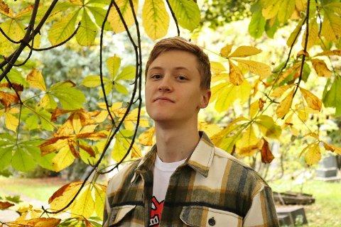 STUDERER I SKOTTLAND: – Det er litt skremmende å tenke på at man er så langt unna venner og familie, uten å vite helt sikkert når man kommer seg hjem igjen. Men man blir i det minste vant til å stå på egne ben, sier musikkstudent Oskar Bjørkum fra Sandefjord. Nå gir han ut egen musikk for første gang. FOTO: Julia Swietochowska