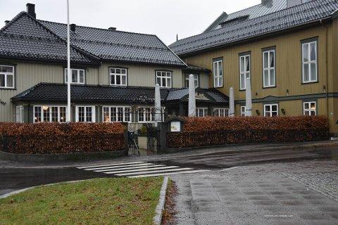 FULL MANN: En gjest sjanglet veldig og tok flere støtteskritt etter besøk ved Hotel Kong Carl 4. desember. Nå har kommunen sendt forhåndsvarsel om to skjenkeprikker til hotellet. FOTO: Vibeke Bjerkaas
