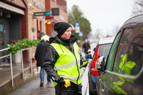 STANS FORBUDT: Her er det ingen nåde. Trafikkbetjent Anita Finnskog skriver bot på 900 kroner, bestemt av Samferdselsdepartementet og regjeringen.
