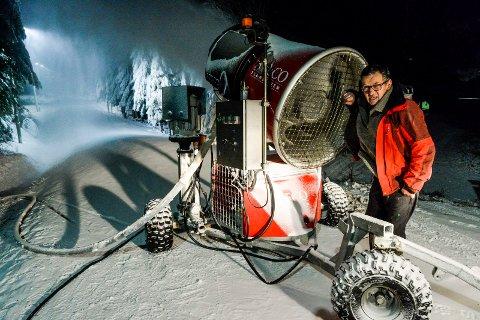 VENTER FORTSATT: Både i 2018 (bildet) og 2019 kunne Tom Horntvedt starte snøproduksjonen i november. I 2020 er det bare regn som faller ned over løypenettet i Storås.
