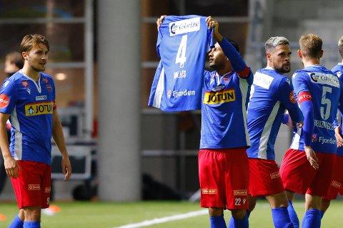 ØYEBLIKKET: Deyver Vega feirer 0-1 etter et nydelig frispark ved å holde opp trøyen til Enric Valles, som nylig ble skadet ut sesongen.