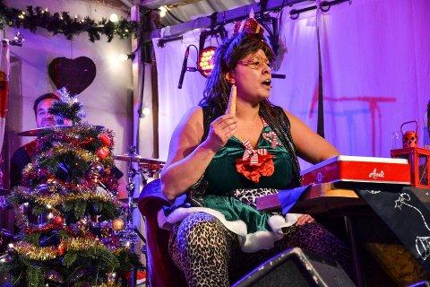 JULEKAKESPISING: Turid er med på å spre juleglede under bingoshowet på Pir 4 i romjula. ARKIVFOTO: Paal Even Nygaard