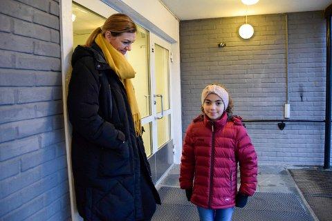 GIKK BRA: Liana Gojani (9) fikk påvist koronaviruset 9. november. Hun fikk ingen symptomer, men hun syntes det var skummelt. Nå gleder hun seg til en koronafri julefeiring sammen med familien. Her er hun sammen med moren, Venera Qarri Gojani (36).