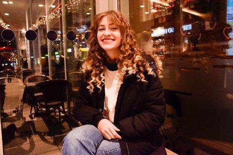 SAVNER PARIS-LIVET: Hannah Mørtl (21) hadde akkurat rukket å finne seg til rette i Paris, før det ble retur til Norge. Nå ser 21-åringen, som drømmer om å leve av musikken, fram til å returnere til den franske hovedstaden. – Det er jo der jeg skulle ha vært nå, sier Sandefjord-jenta.