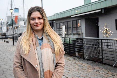ARBEIDSJERN: Ralitsa Ivanova Gencheva (23) er ikke redd for å jobbe og stå på. Det har hun gjort i flere år, og hun har  jobbet seg oppover i restaurantbransjen. Nå er hun restaurantsjef hos Pir 4 i Sandefjord.