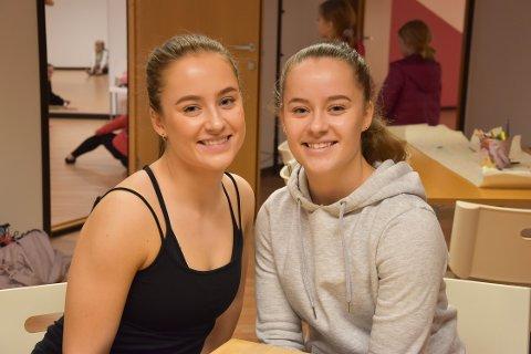 IKKE TID TIL KJÆRESTER: Tvillingene Mille og Sofie Thoresen (17) bruker tiden sin på trening, dans og skole. – Det blir ikke tid til kjæreste, sier Sofie. Lørdag var de med på å åpne Dansens hus i Storgata 7b i sentrum. FOTO: Vibeke Bjerkaas