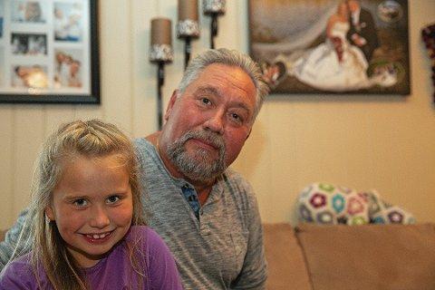 Tre ble til to: Lars Lillestrøm (59) ble alenefar til datteren Lindsay (6) etter å at kona Laila døde av kreft i 2017. På veggen bak dem henger bryllupsbildet fra 2009. Foto:Sigurd Øfsti