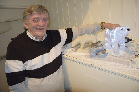 ISBJØRNGLAD: Bjørn H. Måøy (68) legger ikke skjul på at han er glad i isbjørner. Han samler på isbjørnfigurer, og opplyser at han har rundt 70–80 figurer rundt omkring i huset hjemme.