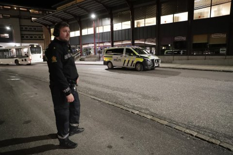 RAN: En kvinne i 40-årene ble ranet og frastjålet bilen i parkeringshuset i «Maxi-bygget» tirsdag kveld. Senere ble fire menn pågrepet på Skøyen. Kvinnen var tilsynelatende et tilfeldig offer, og politiet etterlyser nå vitner.