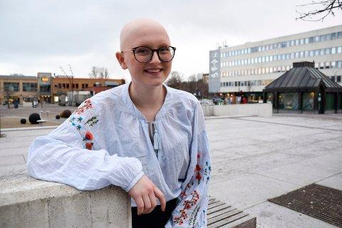 ÅPEN: Guro Øksøy Thorsen (17) er åpen om hårsykdommen hun har, og hun tuller gjerne litt rundt sitt eget hårtap. - Jeg har aldri blitt mobbet på grunn av dette. Det er kanskje fordi jeg alltid har vært så åpen og fortalt folk om hva som er grunnen til at jeg ikke har hår, sier hun.