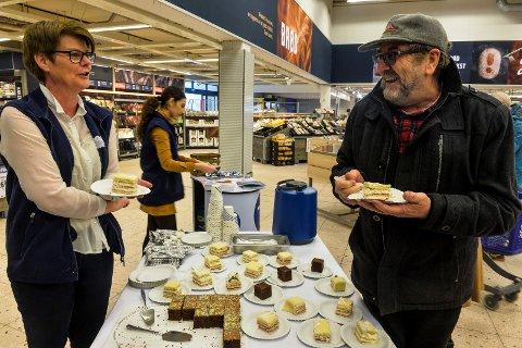 GLAD I KAKE: Wenche Bernhardsen serverer kake til John Arne Jensen i forbindelse med åpningsfesten.