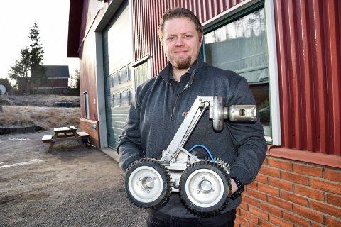 FILMER MYE: Denne rørinspeksjonstraktoren brukes mye av de ansatte i Mortens Rørinspeksjon AS. – Den kjører inn i rør og filmer, og er et av de viktigste verktøyene vi har. Vi produserer enormt mye film, og er kanskje Vestfolds største «filmselskap». I 2019 produserte vi 560 timer med film av rør, opplyser daglig leder Per Asbjørn Trevland (36).