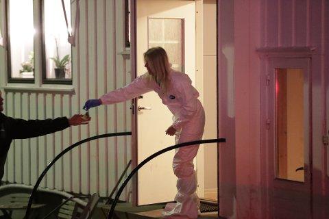 UNDERSØKELSER: Krimteknikere jobbet natt til mandag på åstedet i Sandefjord hvor en kvinne i 30-årene ble funnet død. En mann i 40-årene er siktet.