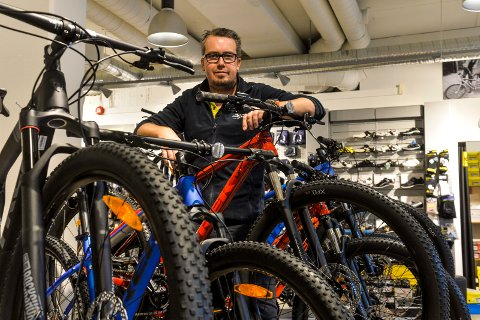 HEKTISK: Preben Andreassen, daglig leder hos Spinn Sykkelshop AS forteller om mye å gjøre for tiden.