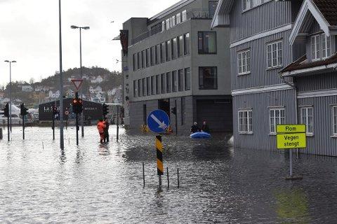 SKILTER VEIER: Hengeren med skilt som skal merke veier i Sandefjord står klar hos MESTA. Her ligger det cirka 20 skilt med omkjøringspiler og beskjeder om stengte veier.
