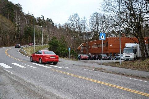 ØSTERØYVEIEN: Næringsbygget der firmaet BilMeta AS skal sanere biler, ligger ved Østerøyveien, noen hundre meter fra innkjøringen til Kastet miljøstasjon. Bygget er eid av Skogen og Hauge AS.